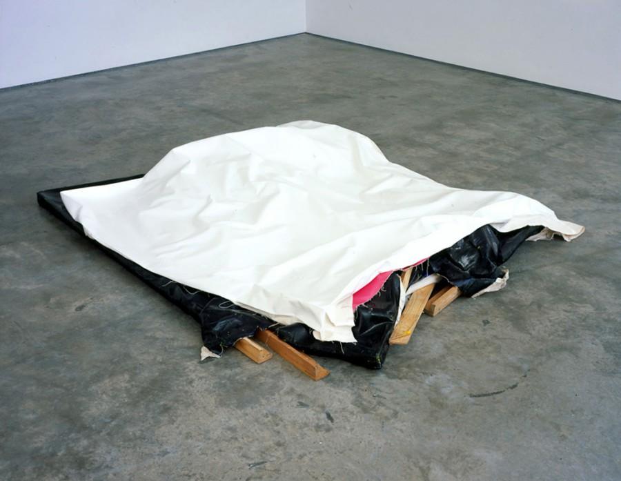 Floor Clutter (White), de  Ángela de la Cruz