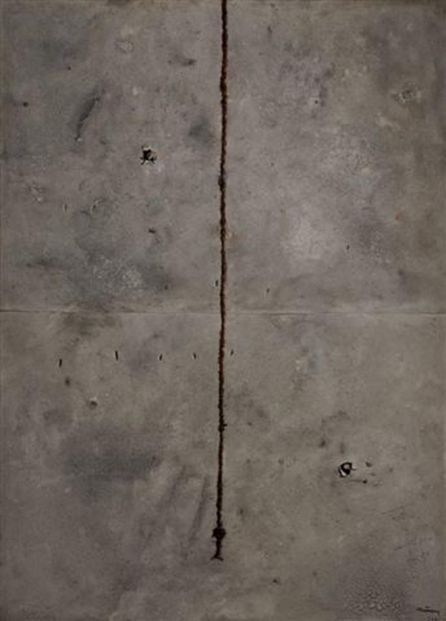 Gran espacio ceniza con cuerda y pinchotes, de  Leopoldo Nóvoa