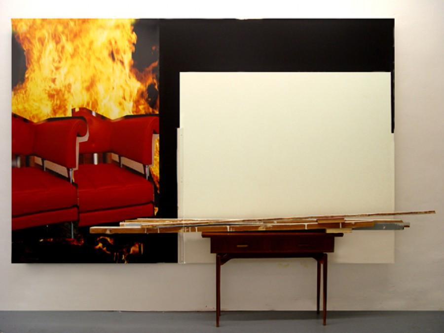 Sillas ardiendo, mesa y ausencia