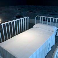 Instalación para cama individual, de  Félix Fernández