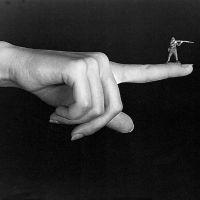 Sin título (Mano-Dedo-Soldado), de  Andrés Pinal
