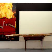 Sillas ardiendo, mesa y ausencia, de  Tono Carbajo